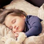 Mon bébé ronfle quand y dort, dois-je m'inquiéter ?