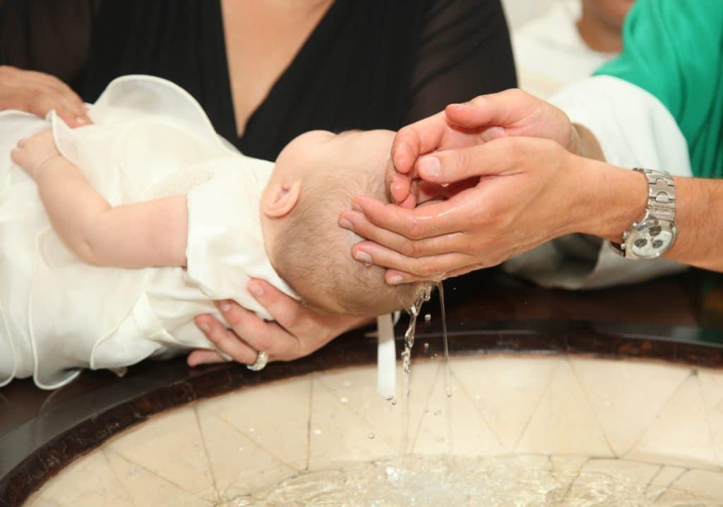 Baptême civil ou religieux : quelles démarches faut-il envisager ?