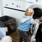 Pourquoi laver les vêtements neufs de bébé est indispensable ?