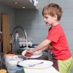 Tâches ménagères : 5 raisons pour lesquelles votre enfant devrait aider à la maison.